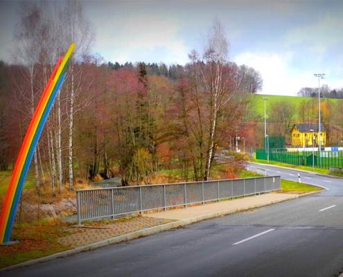 """Das Kunstwerk """"Regenbogen"""" am Ortseingang von Berbersdorf"""